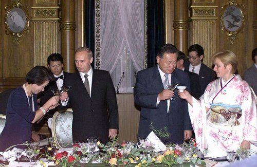 Президент РФ Владимир Путин с женой Людмилой во время официального визита в Японию