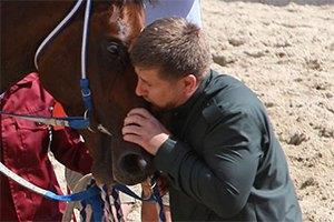 Кадыров признал поцелуи дикостью
