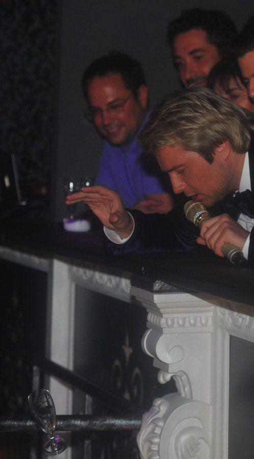"""Бокал шампанского """"на счастье"""" полетел на головы гостей"""