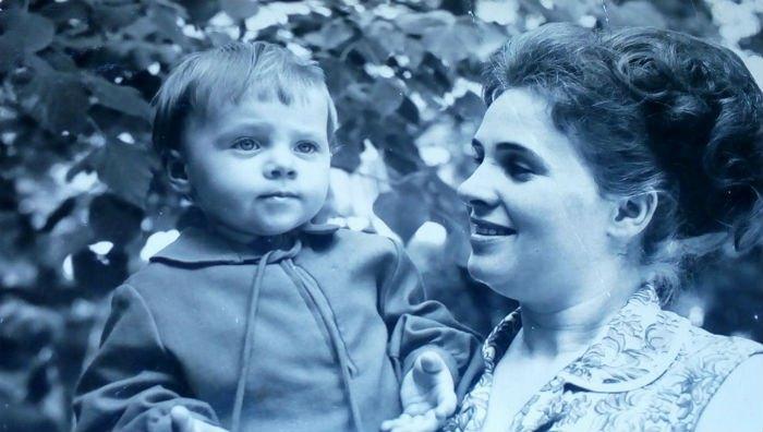 Олена Узлюк в дитинстві з мамою