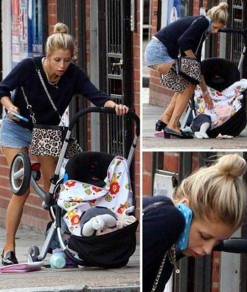 Девушка явно лучше управляется с телефоном, чем с малышом