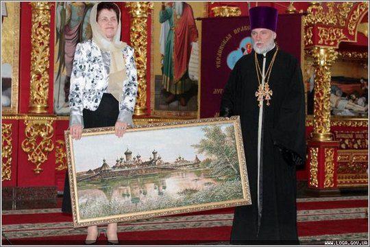 Людмила Янукович с подарком