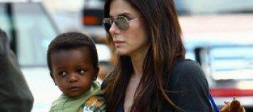 Сандра Баллок путешествует с маленьким сыном