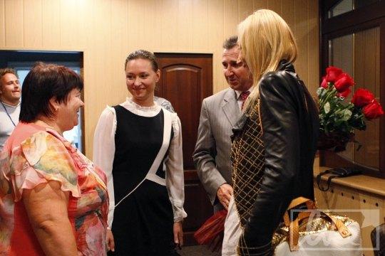 Звезду встречали официальные лица, в том числе - министр культуры АРК Алена Плакида (в центре)