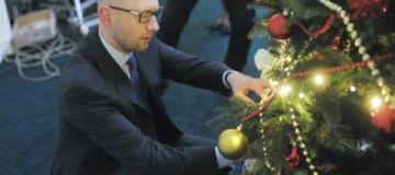 Арсений Яценюк в окружении детей нарядил кабминовскую елку