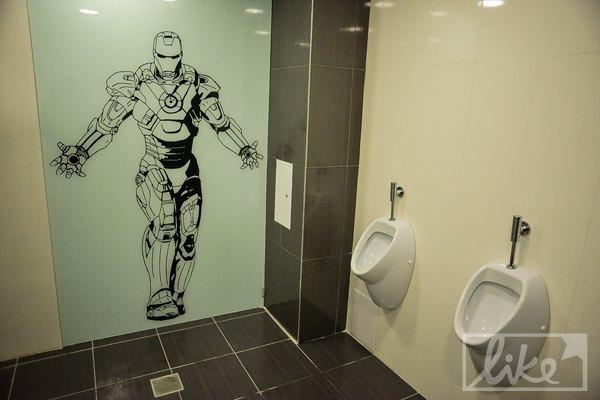 В туалетах тоже стало веселее