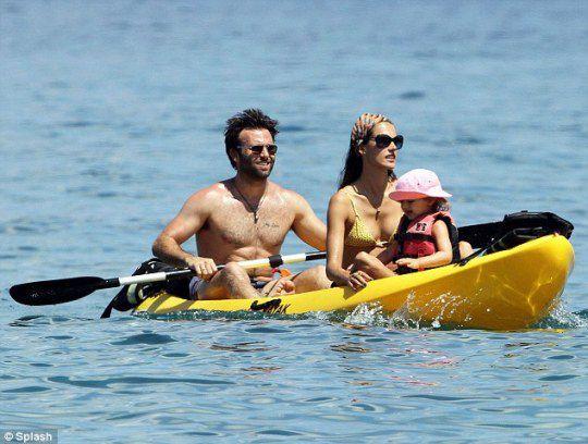 Семейная чета плавала вдоль побережья