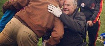 Буш-старший на 90-летие прыгнул с парашютом