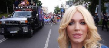 Instagram удалил пост травести-дивы Монро о гей-параде