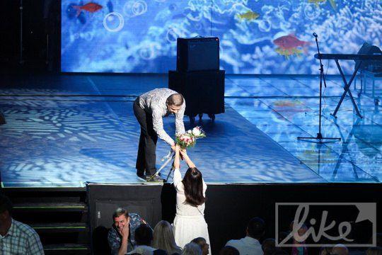 София Ротару подарила артисту букет цветов