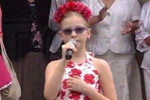 Десятилетняя дочь Яценюка спела на последнем звонке в школе