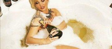Камалия купается в ванне из шампанского для похудения