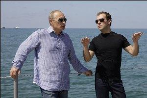 На Селигере молодежь молится Путину и Медведеву