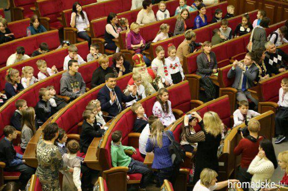 Глава Верховной Рады Владмир Гройсман (в центре) учит детей пользоваться панелью для голосования