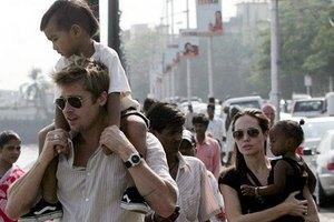Анджелина Джоли увезет всех детей в Сахару
