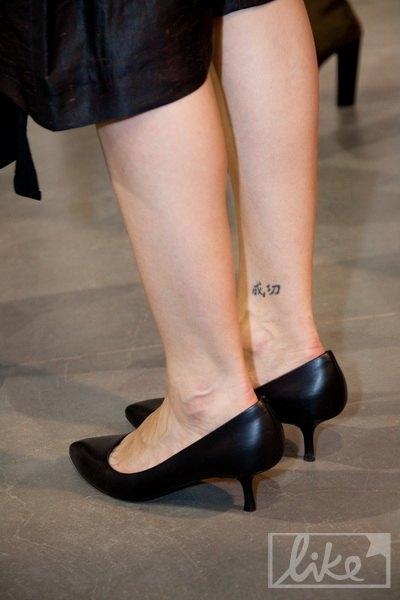 У Маши на ноге красуется иероглиф