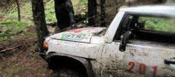 Сын Януковича погонял по грязи