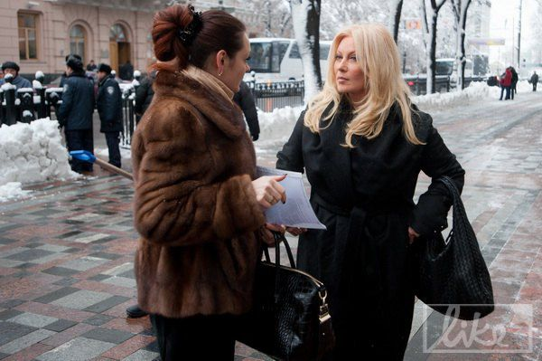 Таисия Повалий с сумкой Bottega Veneta c переплетенной между собой кожей