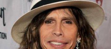 Лидер Aerosmith лишился зубов в душе