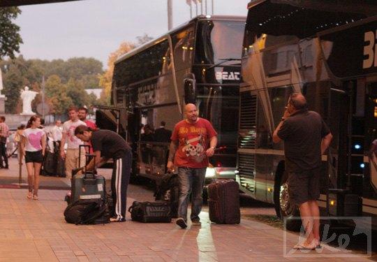 Вслед за певицей приехали семь автобусов с людьми и аппаратурой