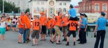 В Харькове милиционеры оседлали голландских фанов