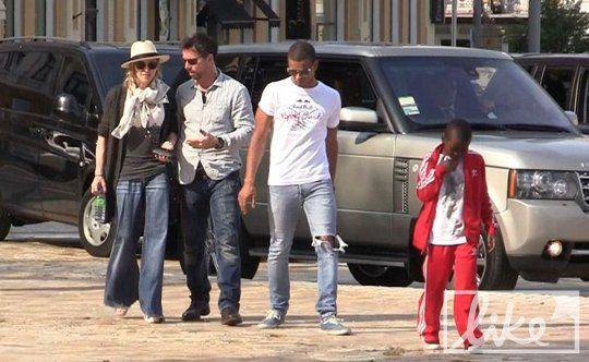 Мадонна с телохранителем, любовником Заибатом и сыном на Софиевской площади