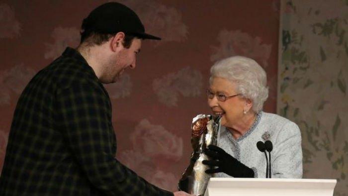Королева вручила модельеру статуэтку за развитие британского дизайна