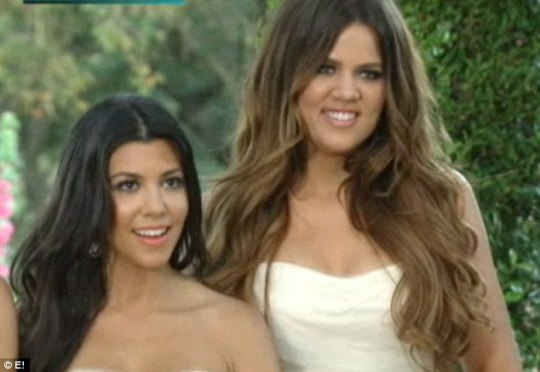 Подружки невесты и сестры Ким - 32-летняя Кортни (слева) и 27-летняя Хлоя (справа)