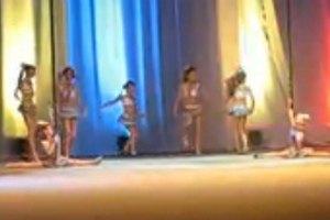 Танцы днепропетровских первоклассниц на шесте взбудоражили сеть