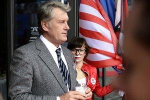 Ющенко посетил открытие фастфуда