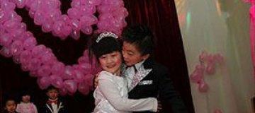 """Китайский детский сад """"поженил"""" детей"""