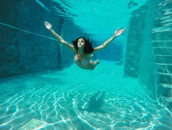 Но кто же снимает Настю под водой?...