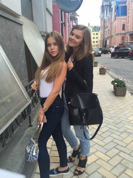 И только на редких фото с сестрой Анастасией Деевой (справа) Соня Шмалько выглядит на свои 14 лет