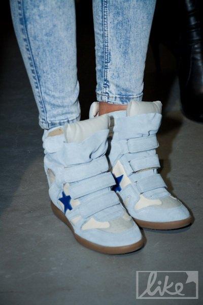 Девушка отдала предпочтение популярной нынче спортивной обуви