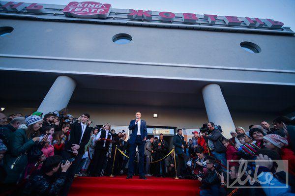 Для мэра Кличко, который торжественно открывал кинотеатр, положили красную дорожку