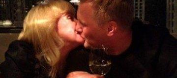 Оксана Пушкина целуется с женихом на публике