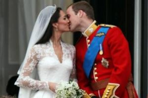 Поцелуй Кейт и Уильяма стал моментом десятилетия