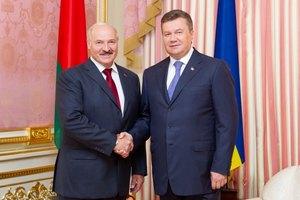 Янукович носит флаг Украины с кристаллами Swarovski