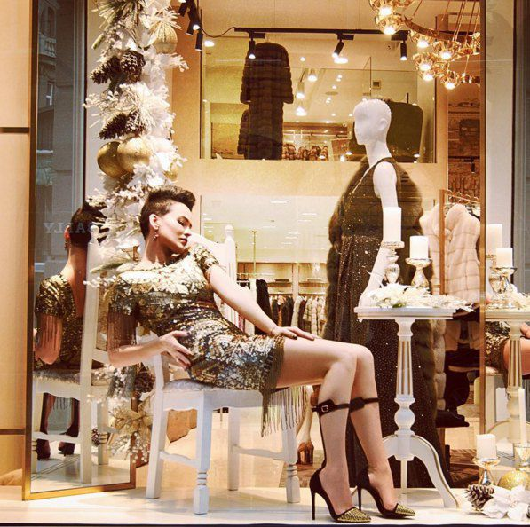 Даша не только примерила наряды, но и томно попозировала в витрине бутика
