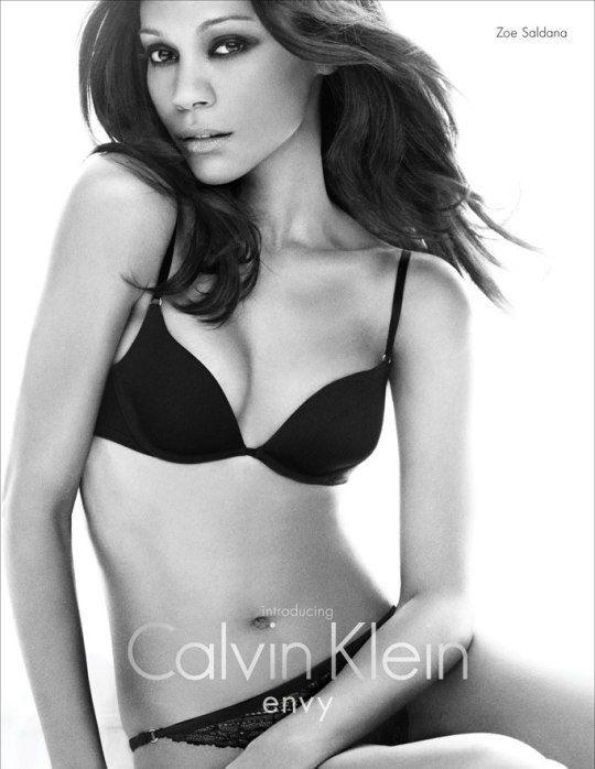 8 место: Зои Солдана позирует для Calvin Klein в 2010 году