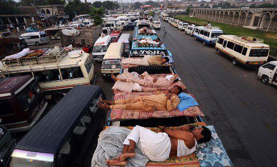 Пакистанские водители и кондукторы автобусов