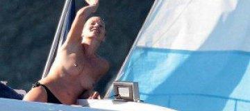 Кейт Мосс загорала топлесс в Сен-Тропе