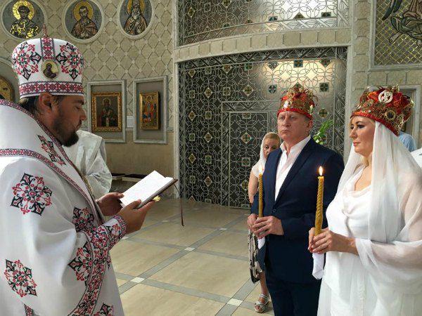 Митрополит Александр Драбинко венчает Владмира и Елену