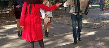 Гросу дает концерты в дворах в поддержку мамы