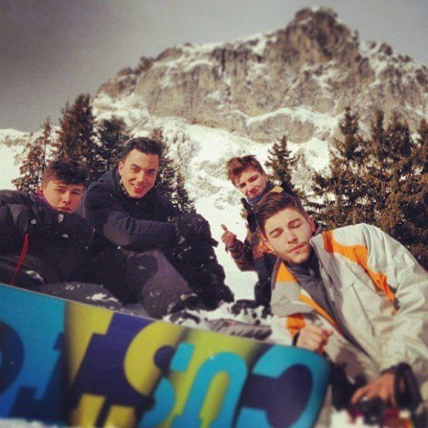 Тимор Стеффенс (второй слева), сын Мадонны Рокко и его друзья в Швейцарии