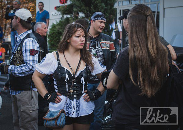 Байкерши своих байкеров одних на парад не отпускают.