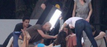 Адриана Лима на корточках заползла на съемочную площадку