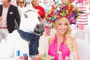 Полякова пришла на ипподром под руку с конем