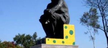 В России памятник Ленину стал желтым в зеленый горох
