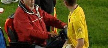 Фанат на инвалидном кресле попытался переехать арбитра